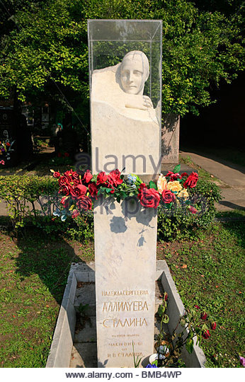 grave-of-stalins-second-wife-nadezhda-alliluyeva-at-novodevichy-cemetery-bmb4wp